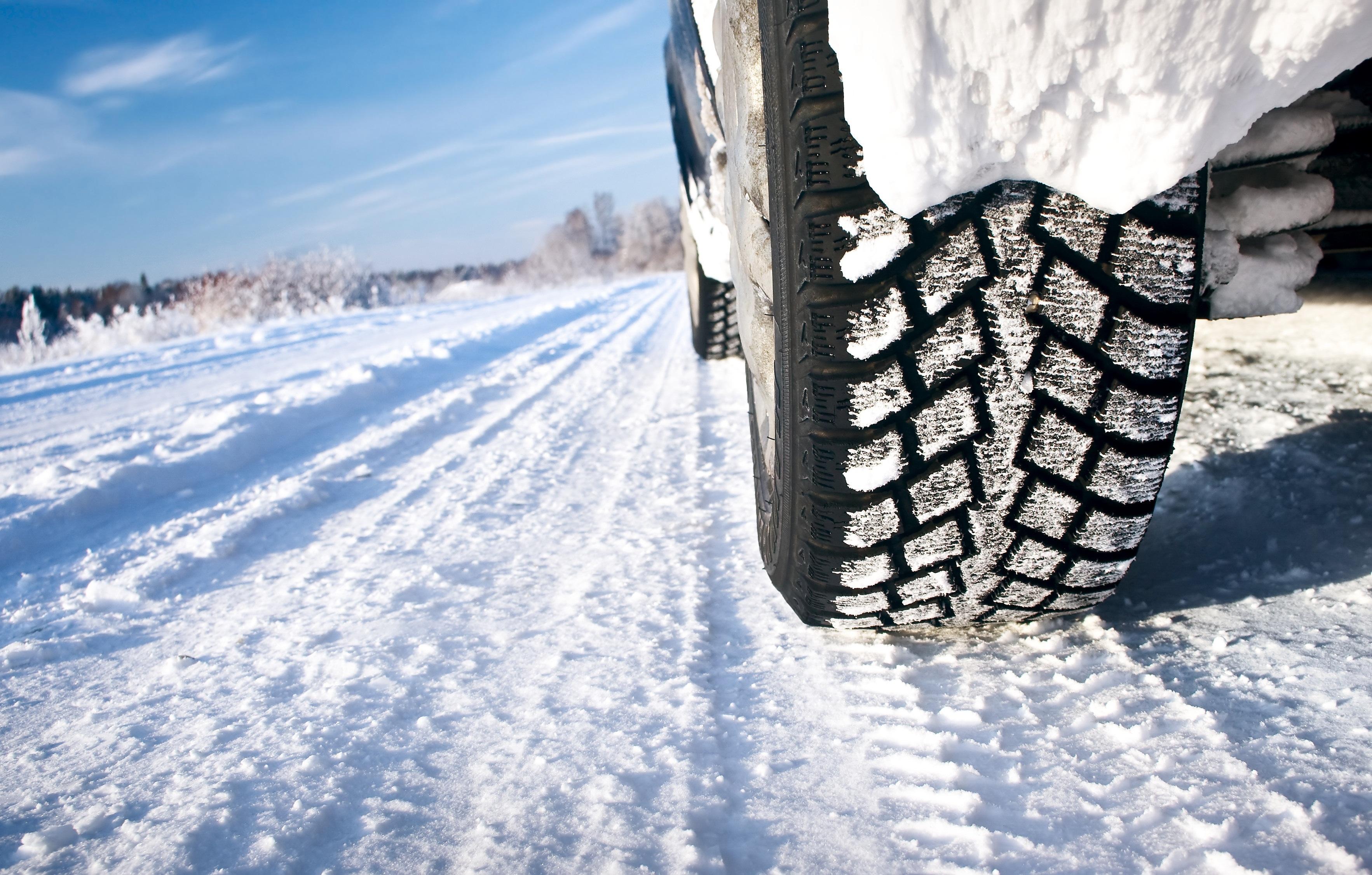 Ghid gratuit pentru prevederile legate de echiparea vehiculelor pentru iarnă în Europa